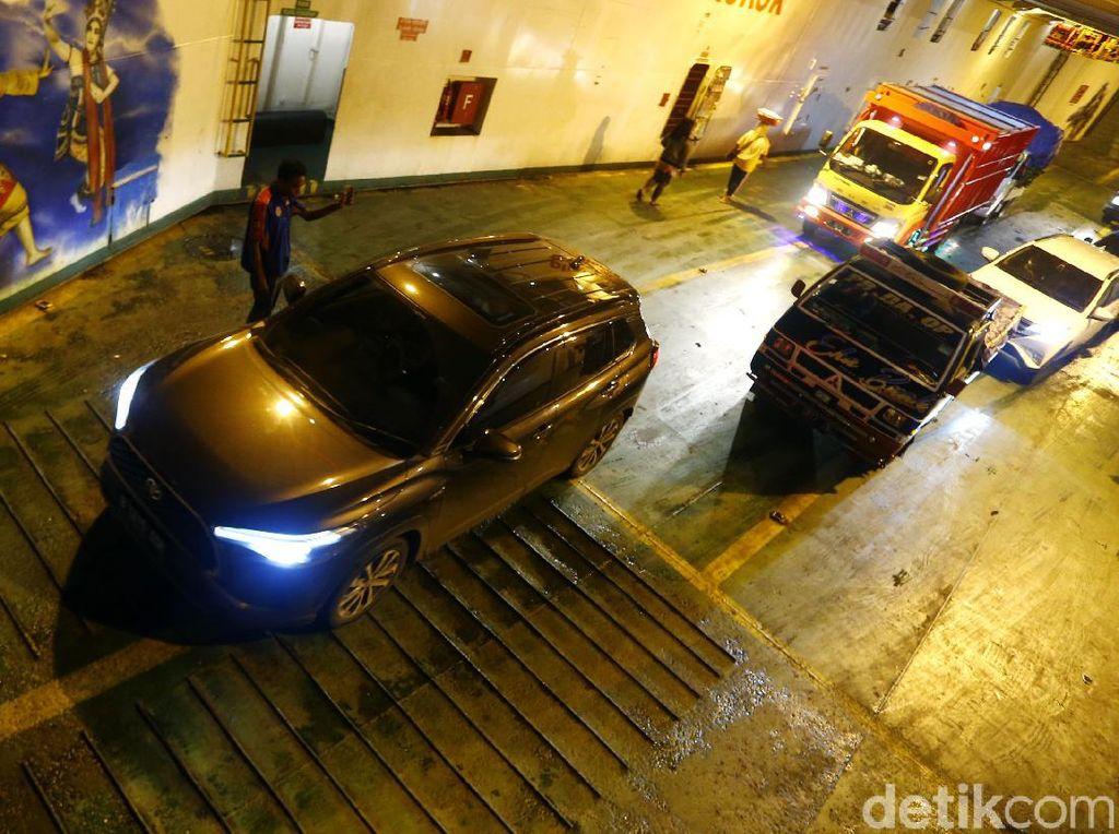 Saat Toyota Corolla Cross Hybrid Melintas Selat Bali