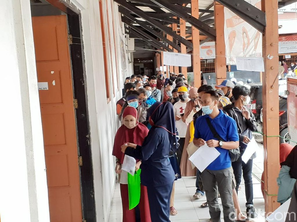 Antre Cairkan Bansos Provinsi, Warga Padati Kantor Pos Bandung