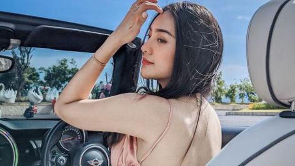 Potret Seksi Anya Geraldine, Naik Mobil Atap Terbuka yang Bikin Heboh Warganet