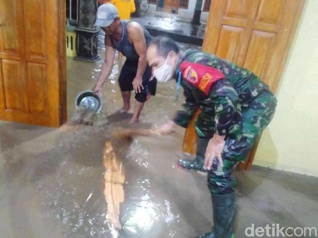 Banjir Satu Meter Surut, Ratusan Warga Madiun Bersihkan Rumah