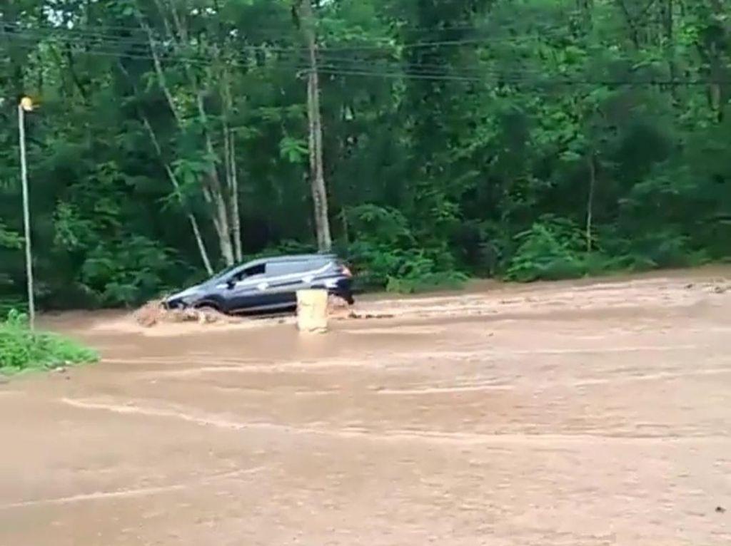 Drainase Tak Mampu Menampung, Air Hujan Luber ke Jalan di Hutan Baluran