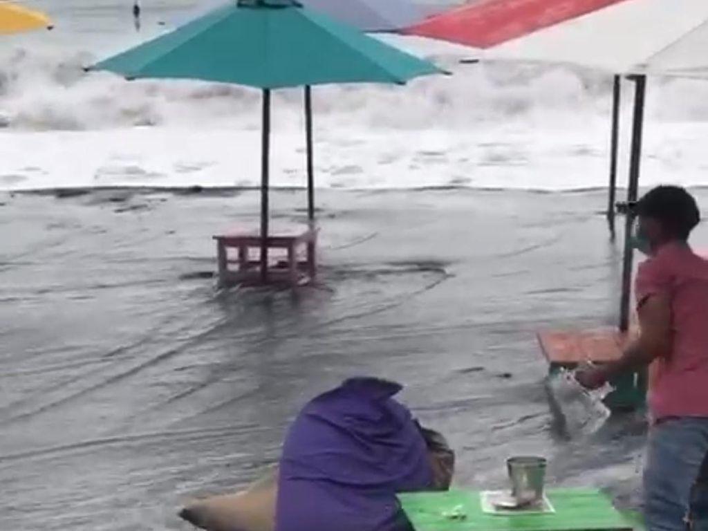 Banjir Rob Terjang Pesisir Palabuhanratu, Pemilik Warung Wisata Siaga