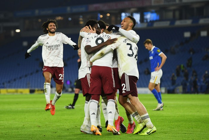 BRIGHTON, ENGLAND - DECEMBER 29: Alexandre Lacazette of Arsenal celebrates with teammates Mohamed Elneny, Bukayo Saka, Emile Smith Rowe and Pierre-Emerick Aubameyang after scoring his teams first goal during the Premier League match between Brighton & Hove Albion and Arsenal at American Express Community Stadium on December 29, 2020 in Brighton, England. The match will be played without fans, behind closed doors as a Covid-19 precaution. (Photo by Mike Hewitt/Getty Images)