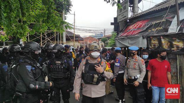 Personel gabungan dari TNI dan Polri berkumpul di markas FPI di Petamburan, Jakarta Pusat, Rabu (30/12), usai pemerintah membubarkan organisasi tersebut.
