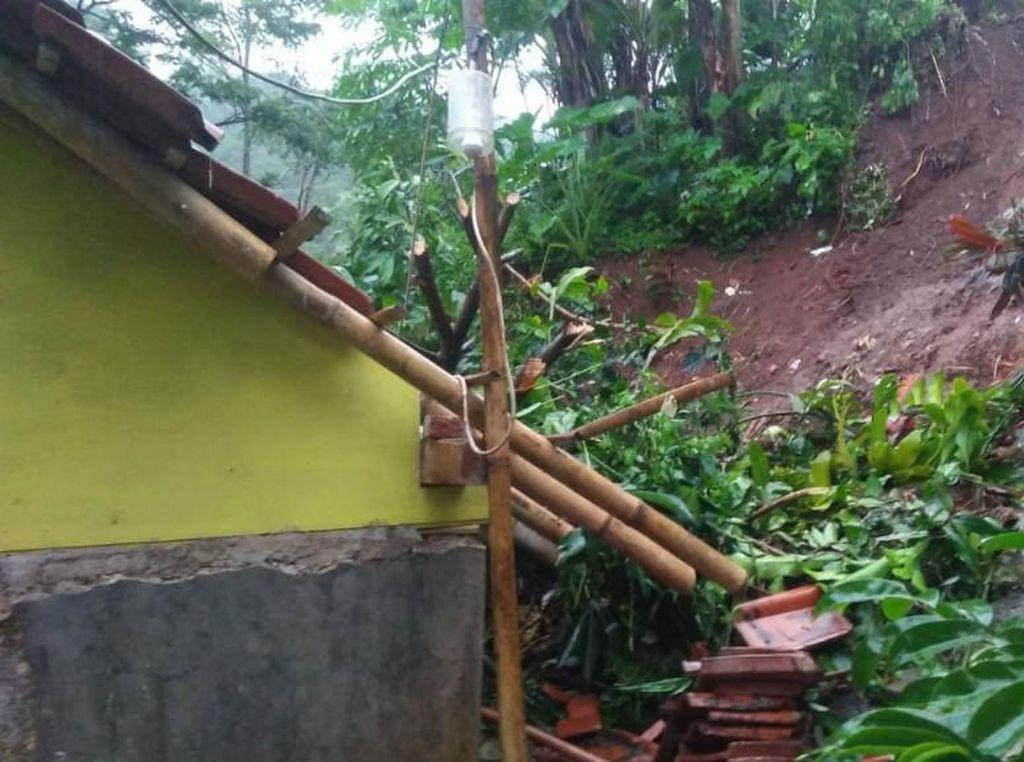 Ibu RT di Ciamis Tewas Tertimpa Tembok Saat Rumahnya Tertimbun Longsor