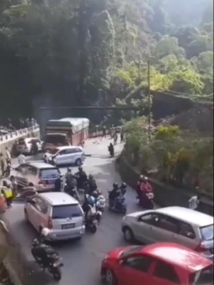 Kecelakaan beruntun di Sumbar akibat truk mengalami rem blong (Screenshot video viral)
