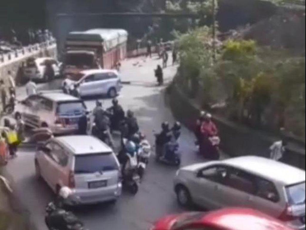 Truk Rem Blong Tabrak 9 Mobil di Padang Panjang, 13 Orang Terluka
