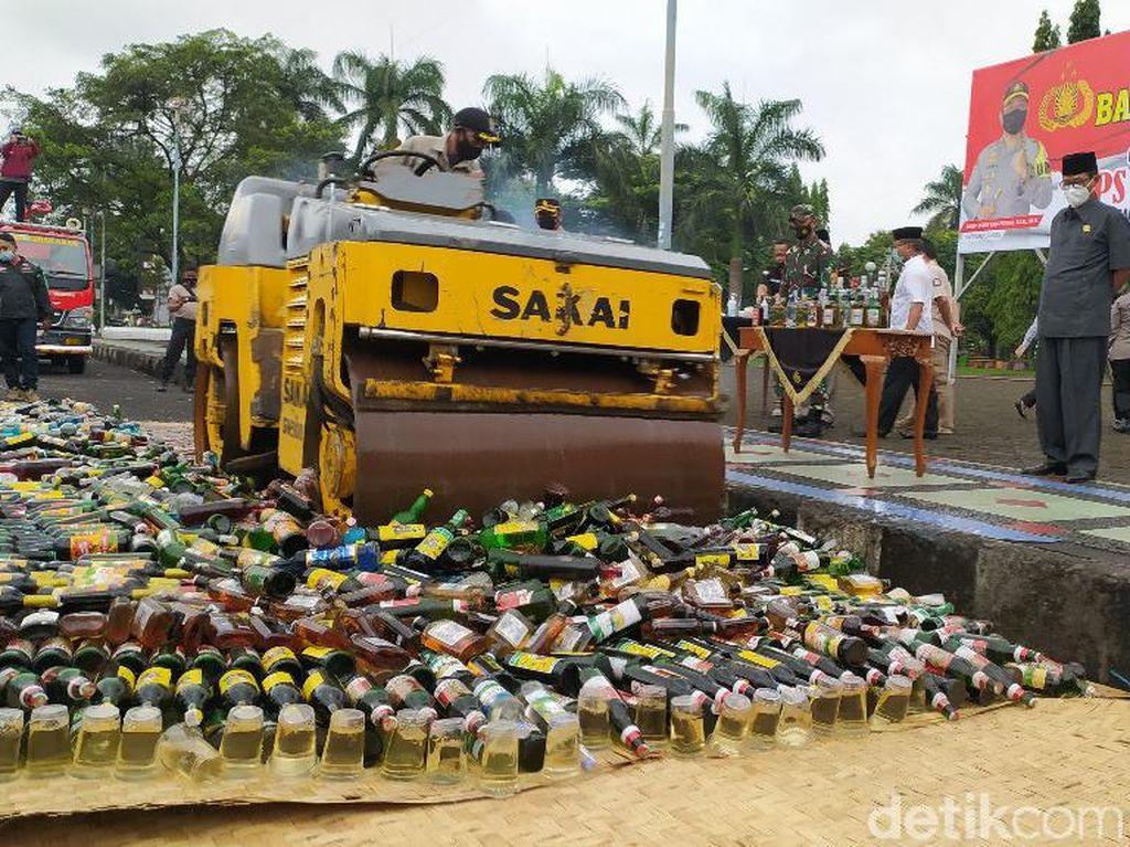 Ribuan Botol Miras Stok Tahun Baruan di Ciamis Digilas Stum