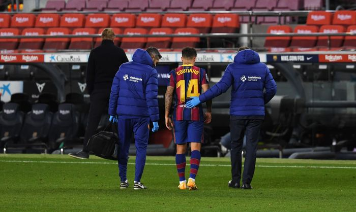 BARCELONA, SPAIN - DECEMBER 29: Philippe Coutinho of FC Barcelona leaves the pitch after getting injured during the La Liga Santander match between FC Barcelona and SD Eibar at Camp Nou on December 29, 2020 in Barcelona, Spain. Sporting stadiums around Spain remain under strict restrictions due to the Coronavirus Pandemic as Government social distancing laws prohibit fans inside venues resulting in games being played behind closed doors. (Photo by Alex Caparros/Getty Images)