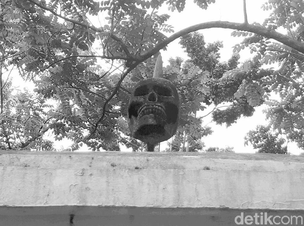 Monumen Pieter Erberveld Sang Hero Batavia dengan Tengkorak di Atasnya