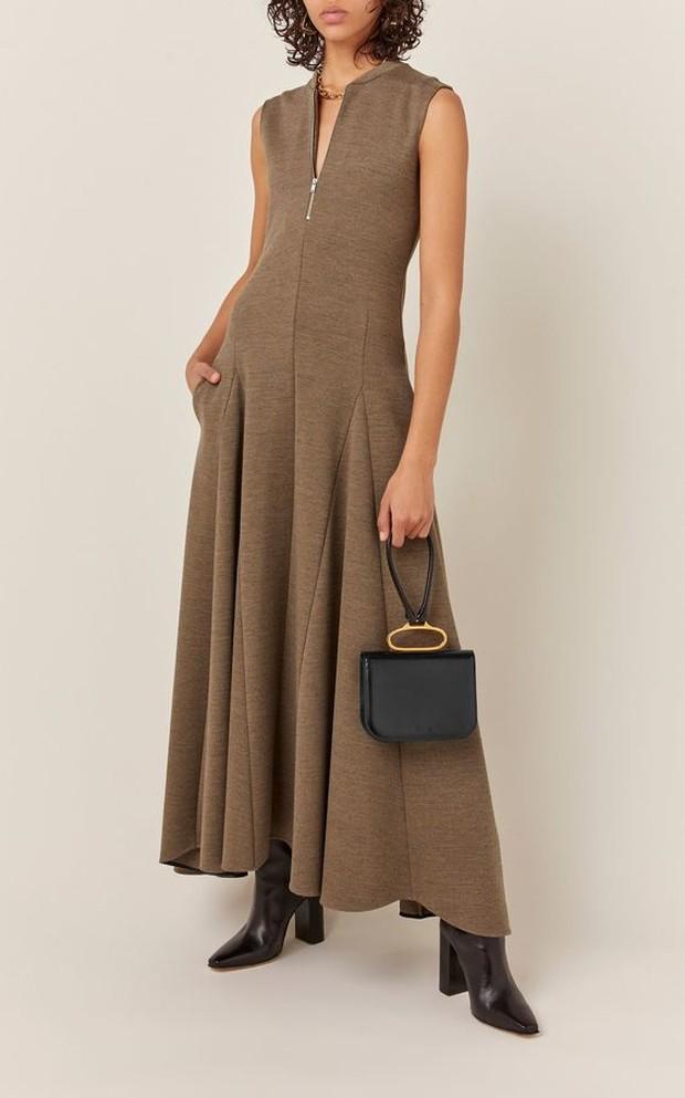 Pakaian rumah model ini terkesan formal namun tetap nyaman.