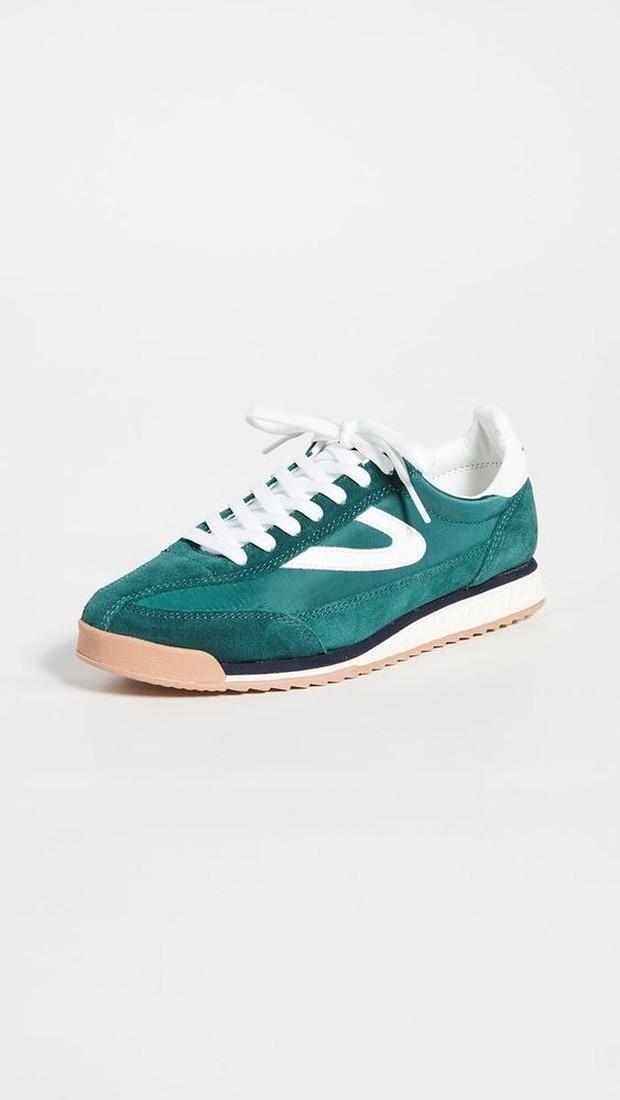 Sepatu sneakers tahun 70an mempunyai khas warna yang cerah.