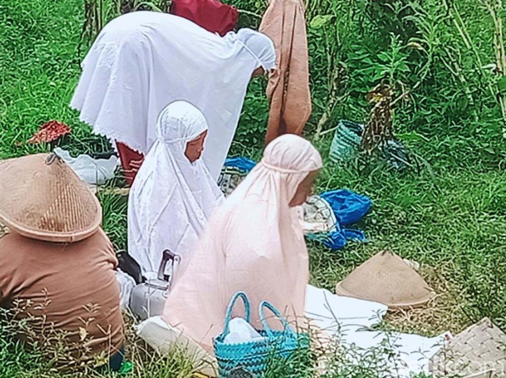 Potret Perempuan Buruh Tani Salat di Persawahan