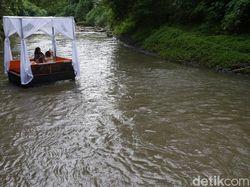 Sensasi Makan ala Sultan di Tengah Aliran Sungai Wos Bali