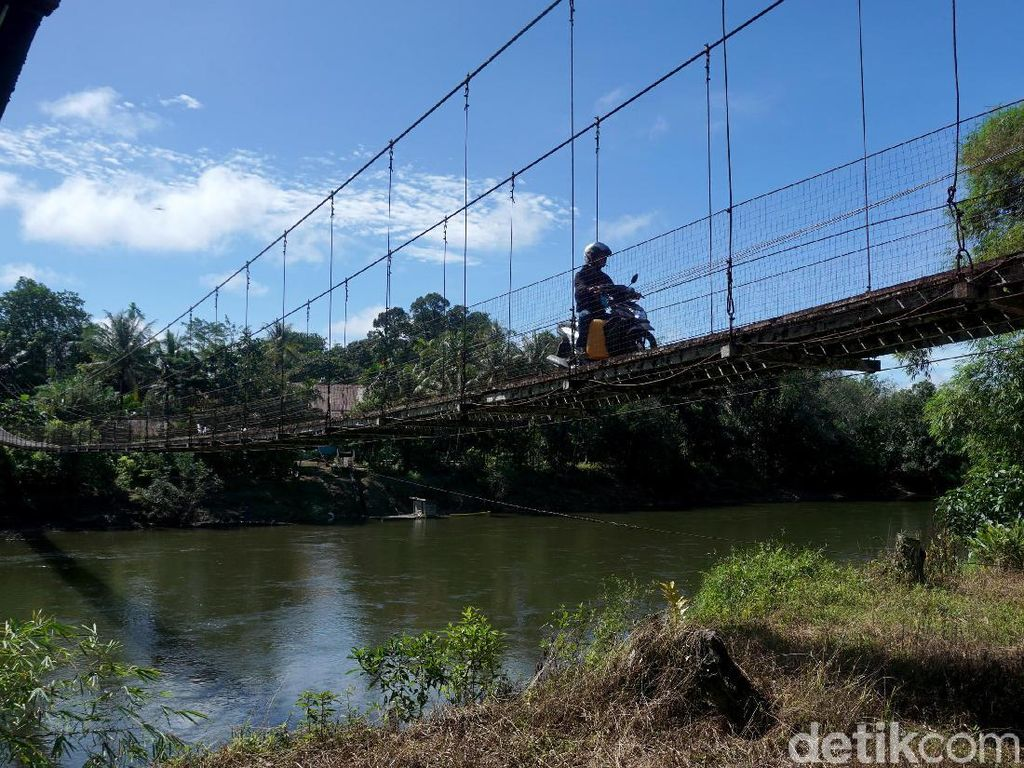 Sensasi Nyebrang di Jembatan Gantung Menuju Rumah Betang