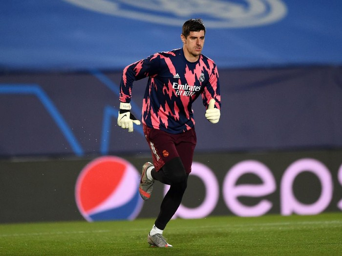 MADRID, SPAIN - DECEMBER 09: Thibaut Courtois of Real Madrid warms up ahead of the UEFA Champions League Group B stage match between Real Madrid and Borussia Moenchengladbach at Estadio Alfredo di Stéfano on December 09, 2020 in Madrid, Spain. Sporting stadiums around Spain remain under strict restrictions due to the Coronavirus Pandemic as Government social distancing laws prohibit fans inside venues resulting in games being played behind closed doors. (Photo by Denis Doyle/Getty Images)