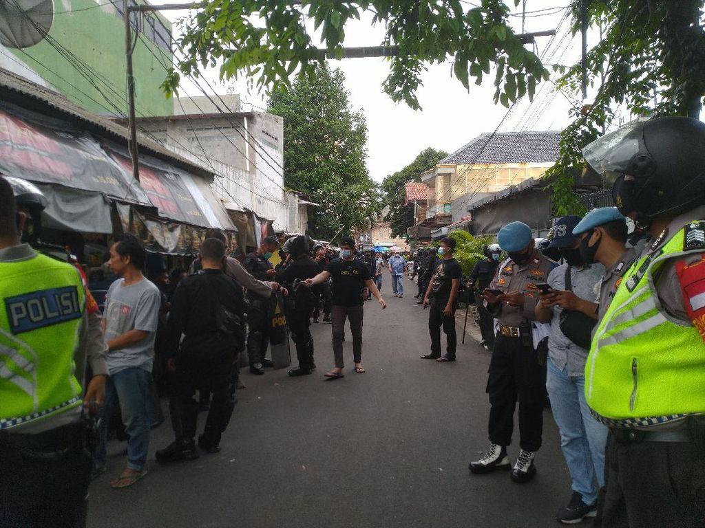 Penampakan Brimob-TNI Jaga Petamburan Usai Cabuti Spanduk FPI