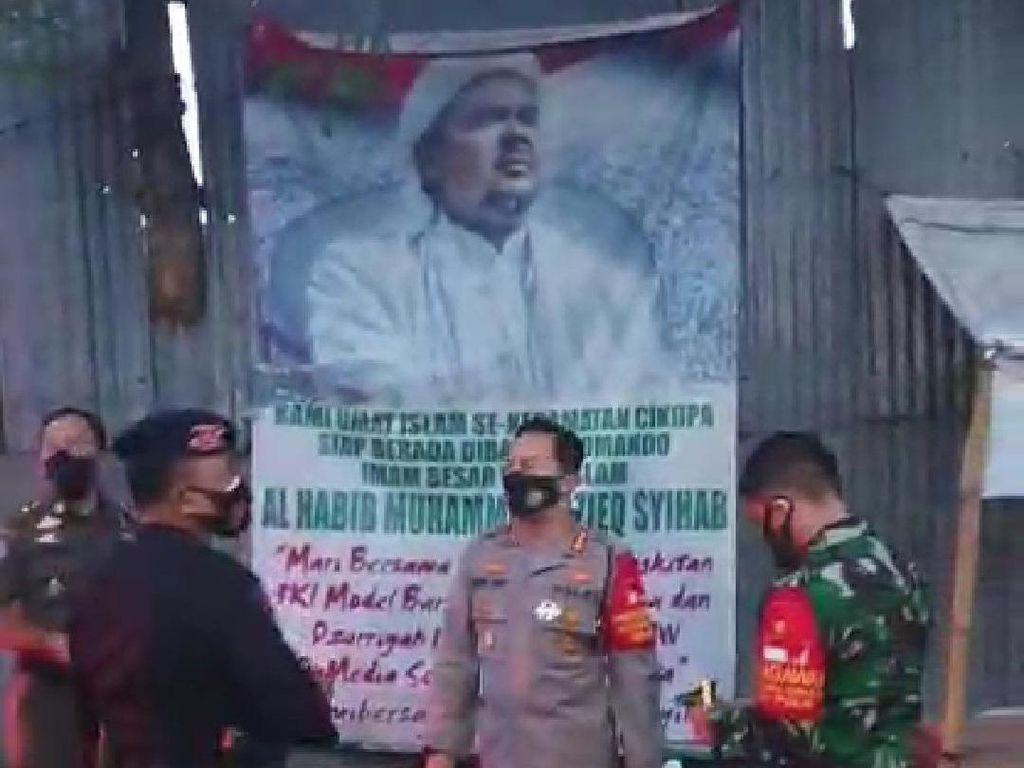 TNI-Polisi Copot Sejumlah Spanduk FPI di Kabupaten Tangerang