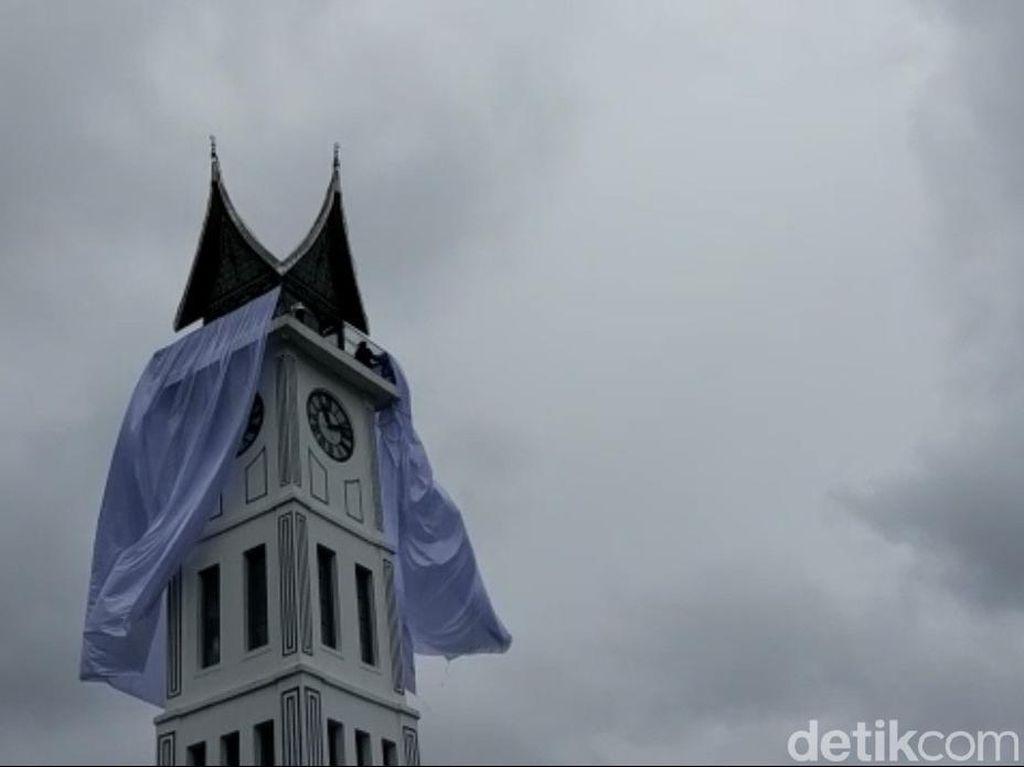 Jam Gadang Ditutup Kain Putih, Dilarang Rayakan Tahun Baru