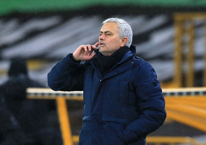 WOLVERHAMPTON, ENGLAND - DECEMBER 27:  Jose Mourinho, Manager of Tottenham Hotspur gives his team instructions during the Premier League match between Wolverhampton Wanderers and Tottenham Hotspur at Molineux on December 27, 2020 in Wolverhampton, England. The match will be played without fans, behind closed doors as a Covid-19 precaution. (Photo by Lindsey Parnaby - Pool/Getty Images)