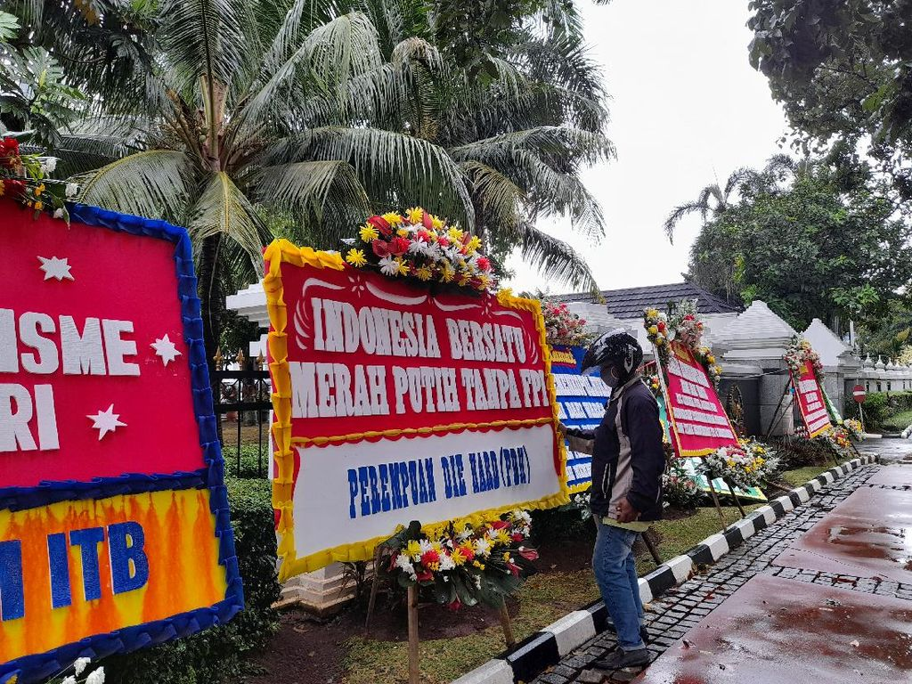 Kemenko Polhukam Dibanjiri Karangan Bunga Dukung FPI Dilarang