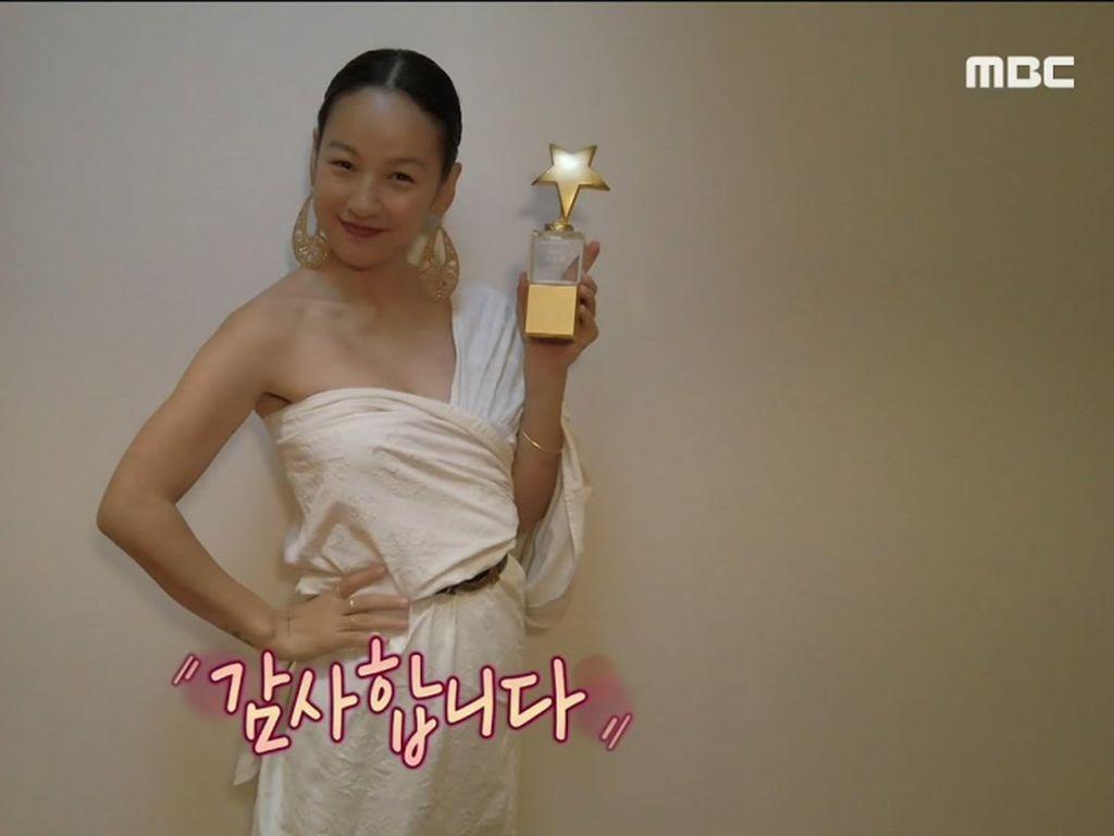 Lee Hyori Bikin Heboh, Terima Trofi Penghargaan Pakai Gaun dari Selimut Kusut