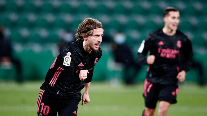 ELCHE, SPAIN - DECEMBER 30: Luka Modric of Real Madrid celebrates after scoring his sides first goal during the La Liga Santander match between Elche CF and Real Madrid at Estadio Martinez Valero on December 30, 2020 in Elche, Spain. Sporting stadiums around Spain remain under strict restrictions due to the Coronavirus Pandemic as Government social distancing laws prohibit fans inside venues resulting in games being played behind closed doors. (Photo by Eric Alonso/Getty Images)