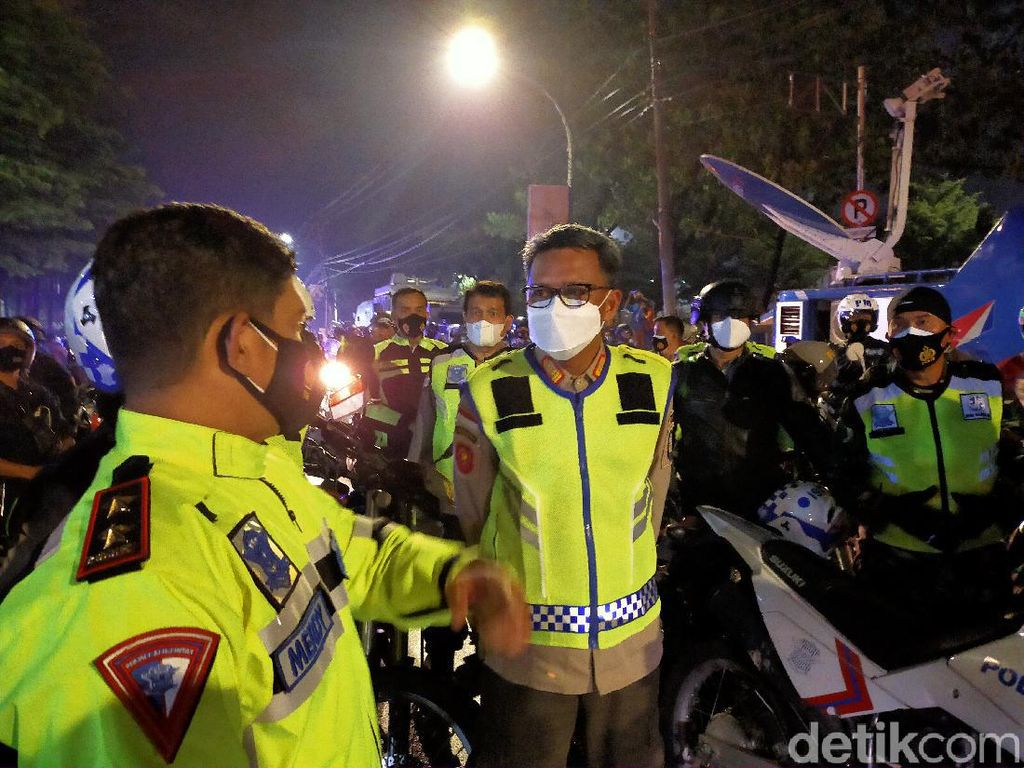 Naik Motor, Gubernur Sulsel Patroli Keliling Makassar Cegah Kerumunan