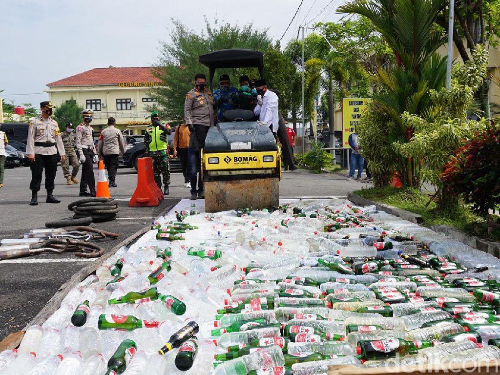 Ribuan Botol Miras dan Sabu untuk Pesta Tahun Baru di Mojokerto Dimusnahkan