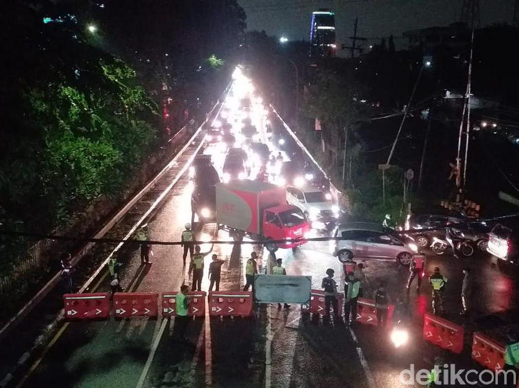Penyekatan Arah Masuk Surabaya-Sidoarjo, Bundaran Waru Macet Parah