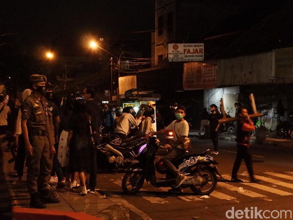Polisi Bubarkan Paksa Kerumunan di Alun-alun Bandung