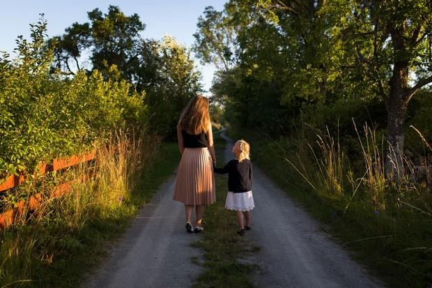 Jika ada momen yang tepat, kita bisa mengajarkan rasa empati pada anak