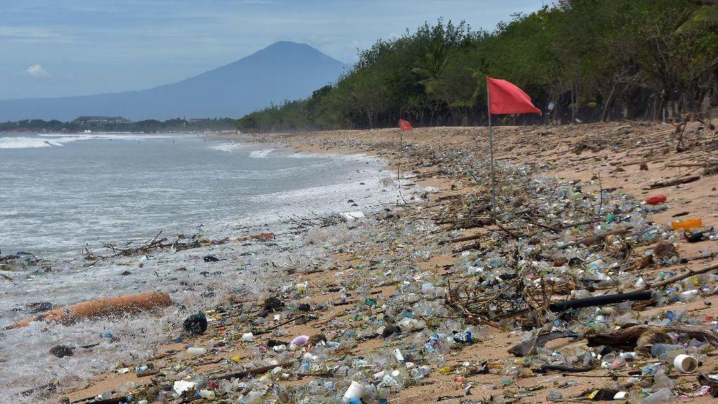 Pantai Kuta Ramai Banget Sampah