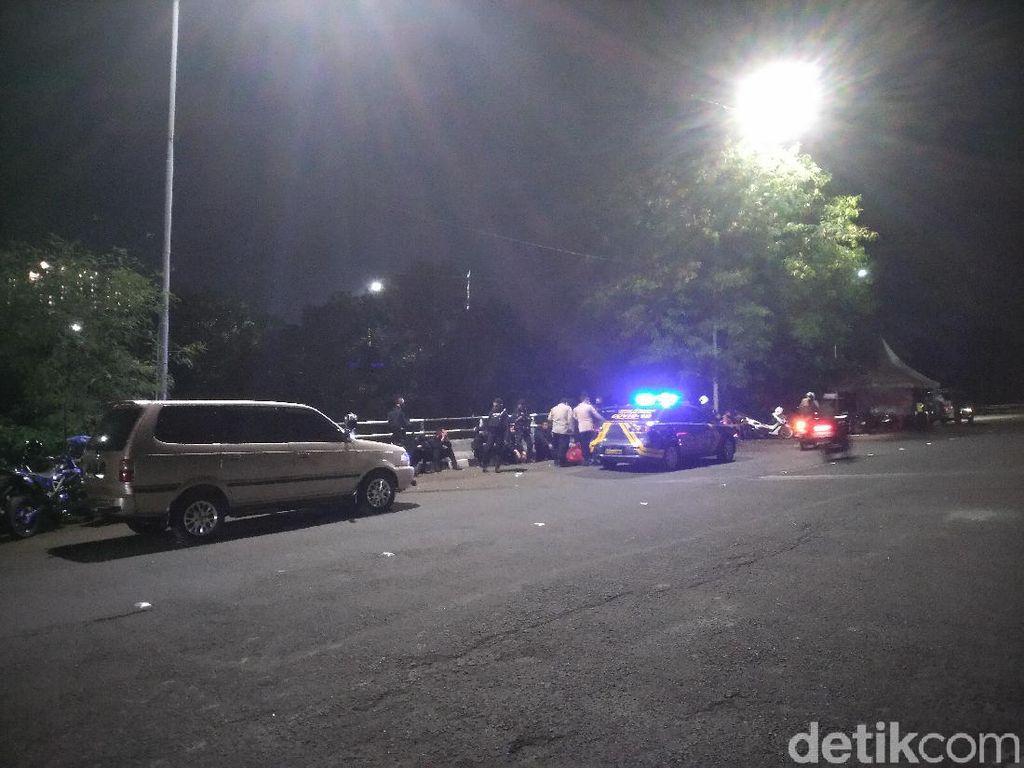 Antisipasi Kerumunan di Malam Tahun Baru, TNI-Brimob Jaga Flyover UI