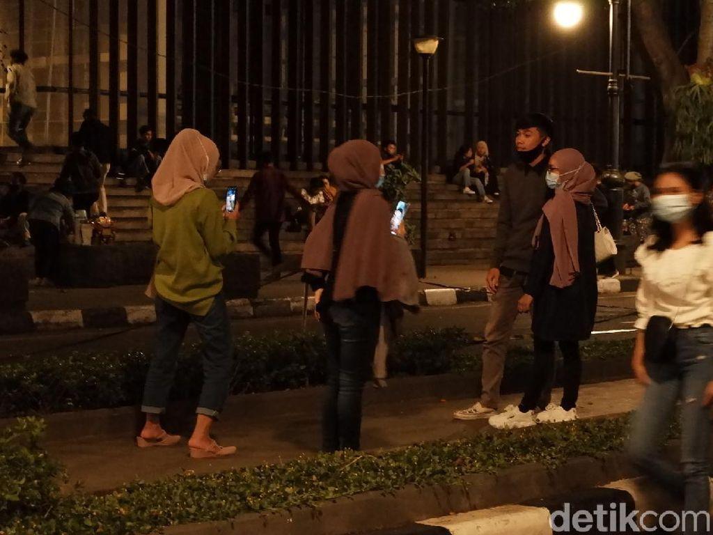 Warga Nekat Masuk Alun-Alun Bandung, Petugas Turun Membubarkan
