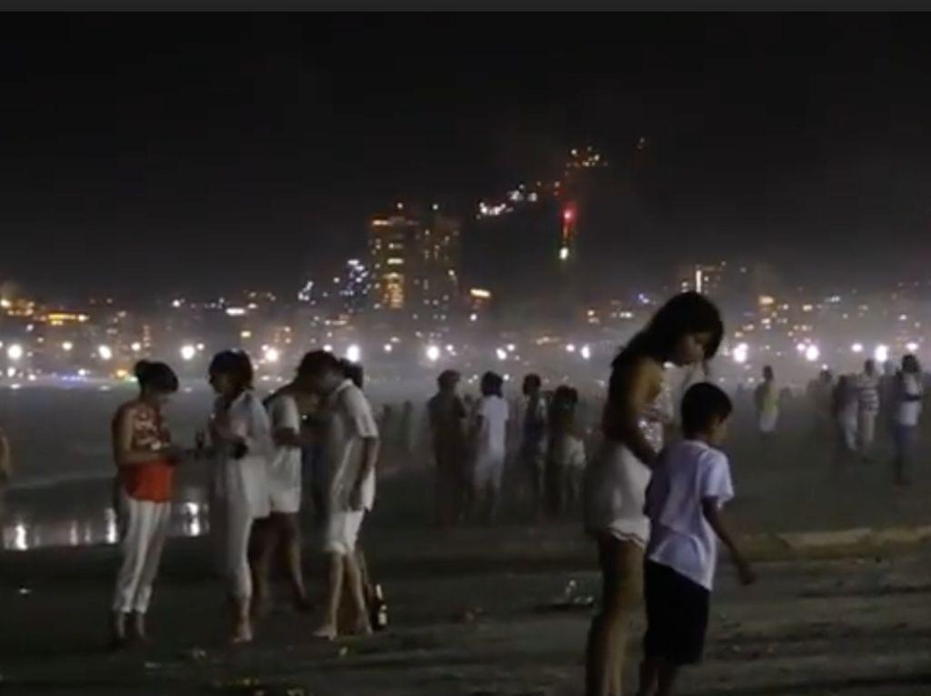 Bandelnya Warga Brasil Gelar Pesta Tahun Baru di Pantai