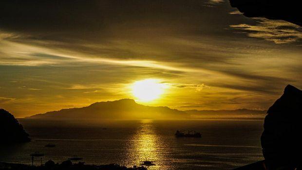 Sebuah kapal berlabuh di perairan Kota Jayapura, Papua, saat matahari terbit, Jumat (1/1/2021). ANTARA FOTO/Indrayadi TH/pras.