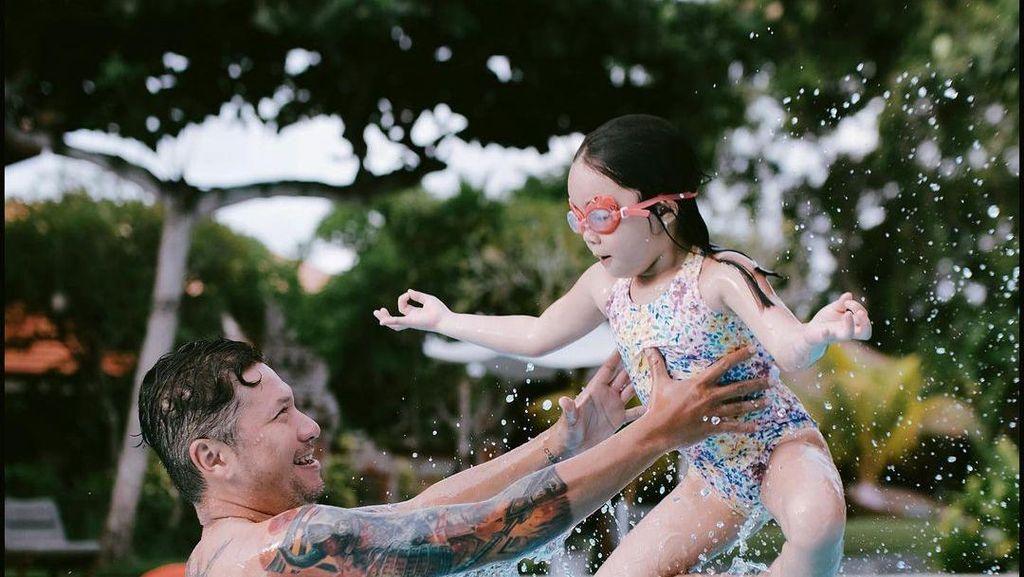 6 Foto Kebersamaan Manis Gading Marten & Gempi Saat Liburan Akhir Tahun