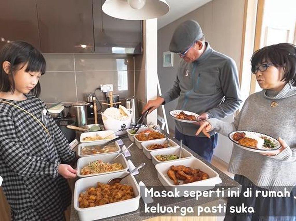 Pengalaman Unik Kakek Nenek Asal Korea Makan ala Warteg