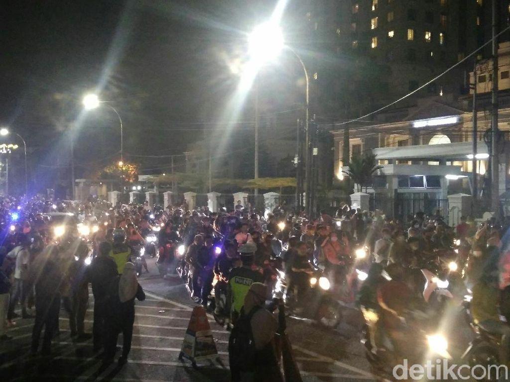 Malam Tahun Baru, Warga Nyalakan Kembang Api di Kawasan Lapangan Merdeka Medan