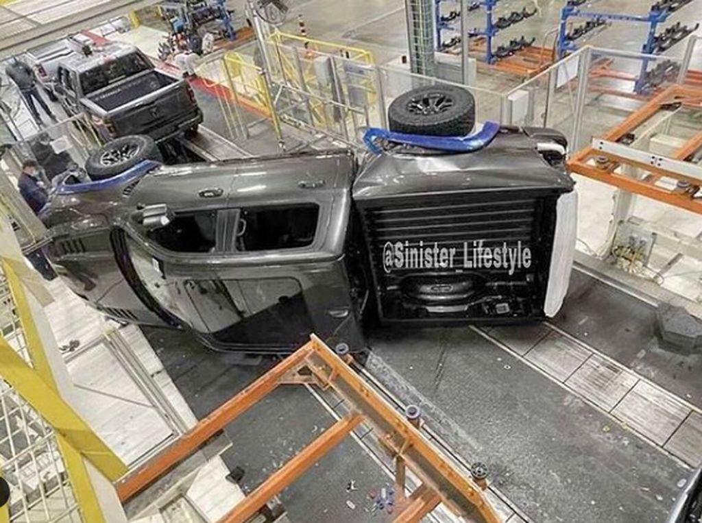 Belum Keluar Pabrik Mobil Ini Sudah Kecelakaan