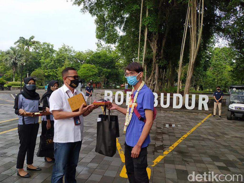 Wisatawan Perdana Candi Borobudur di Tahun 2021 Peroleh Hadiah