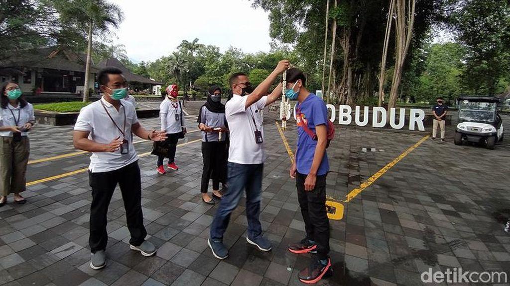 Foto: Taman Wisata Candi Borobudur Apresiasi Wisatawan Perdana di 2021