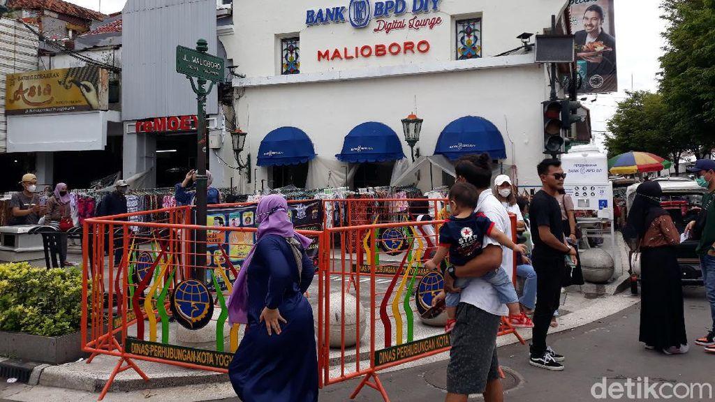 Foto: Pagar Besi Oranye Kelilingi Plang Jalan Malioboro