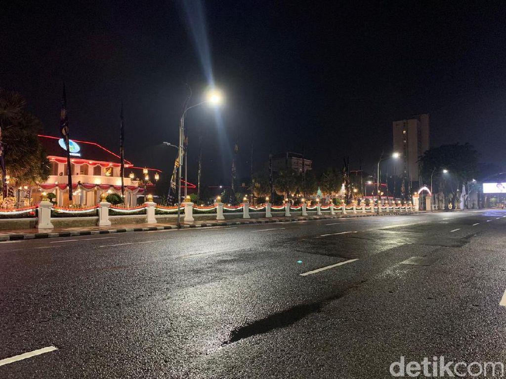 Sayup Suara Kembang Api Iringi Sunyinya Pergantian Tahun di Surabaya