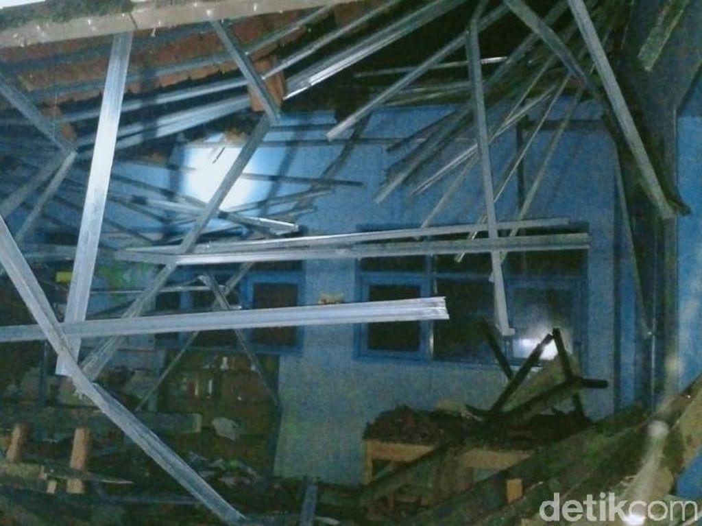 Hujan Deras, Atap Bangunan SD di Ciamis Ambruk
