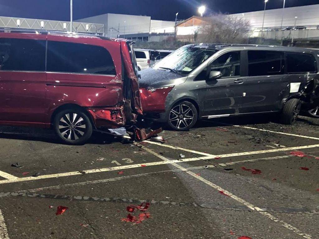 Tak Terima Dipecat, Buruh Pabrik Gilas 50 Mobil Mercedes-Benz Pakai Stum