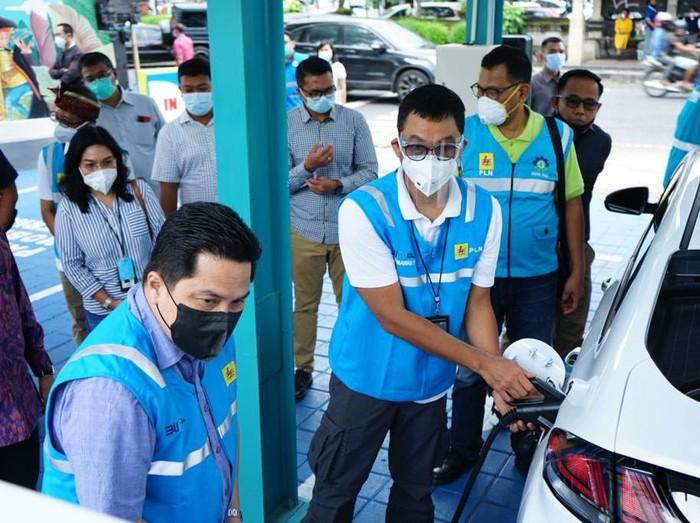Erick Thohir mengecek stasiun pengisian kendaraan listrik