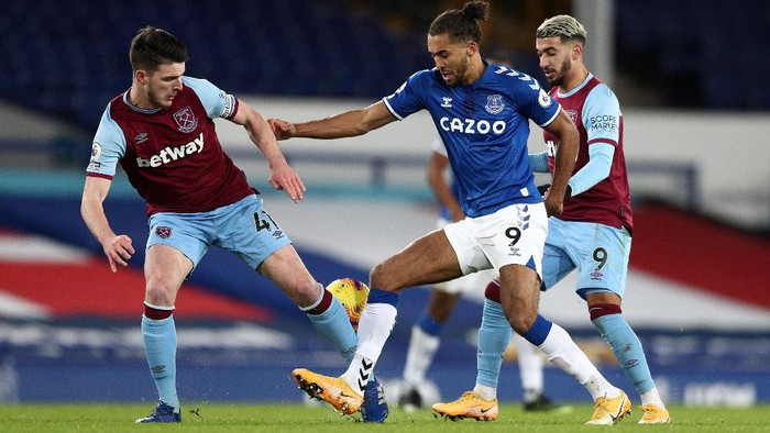 LIVERPOOL, ENGLAND - JANUARY 01: Dominic Calvert-Lewin of Everton is challenged by Declan Rice and Said Benrahma of West Ham United during the Premier League match between Everton and West Ham United at Goodison Park on January 01, 2021 in Liverpool, England. The match will be played without fans, behind closed doors as a Covid-19 precaution. (Photo by Jan Kruger/Getty Images)