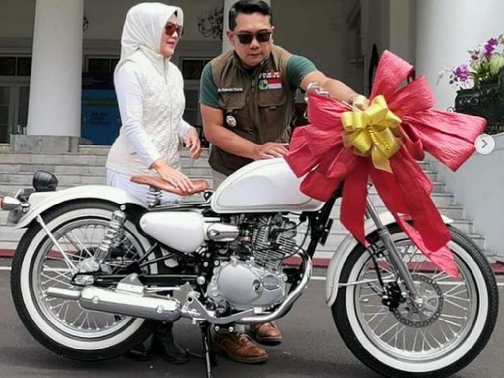 Uwu Banget, Ridwan Kamil Hadiahi Istrinya Motor Klasik di Ulang Tahun Pernikahan